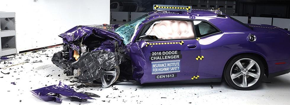 На фото: Dodge Challenger после краш-теста