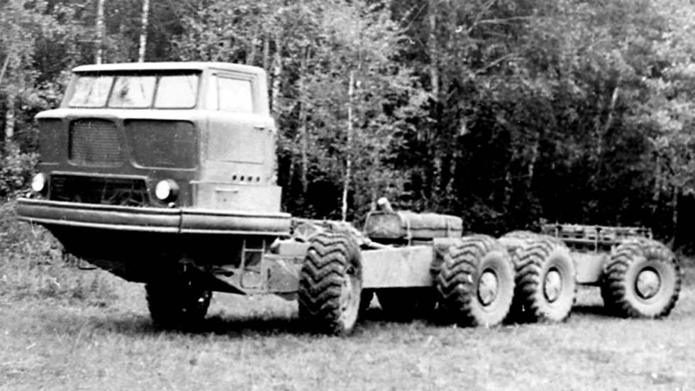 Шасси ЗИЛ-135К с округлой пластиковой кабиной над двигателем. 1960 год