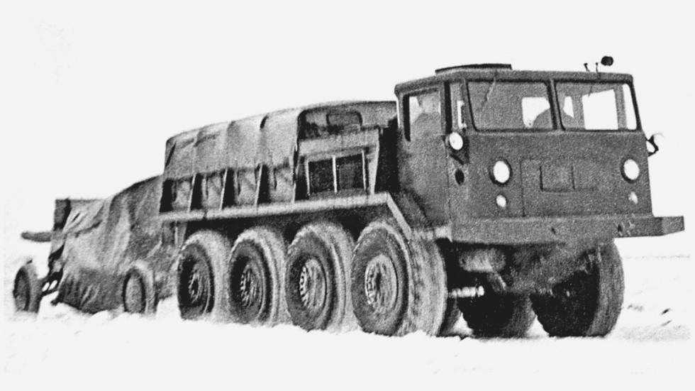 Автомобиль ЗИЛ-134 при буксировке тяжелого артиллерийского орудия