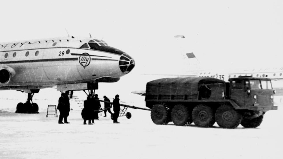 Аэродромный вариант ЗИЛ-134А при буксировке самолета Ту-104