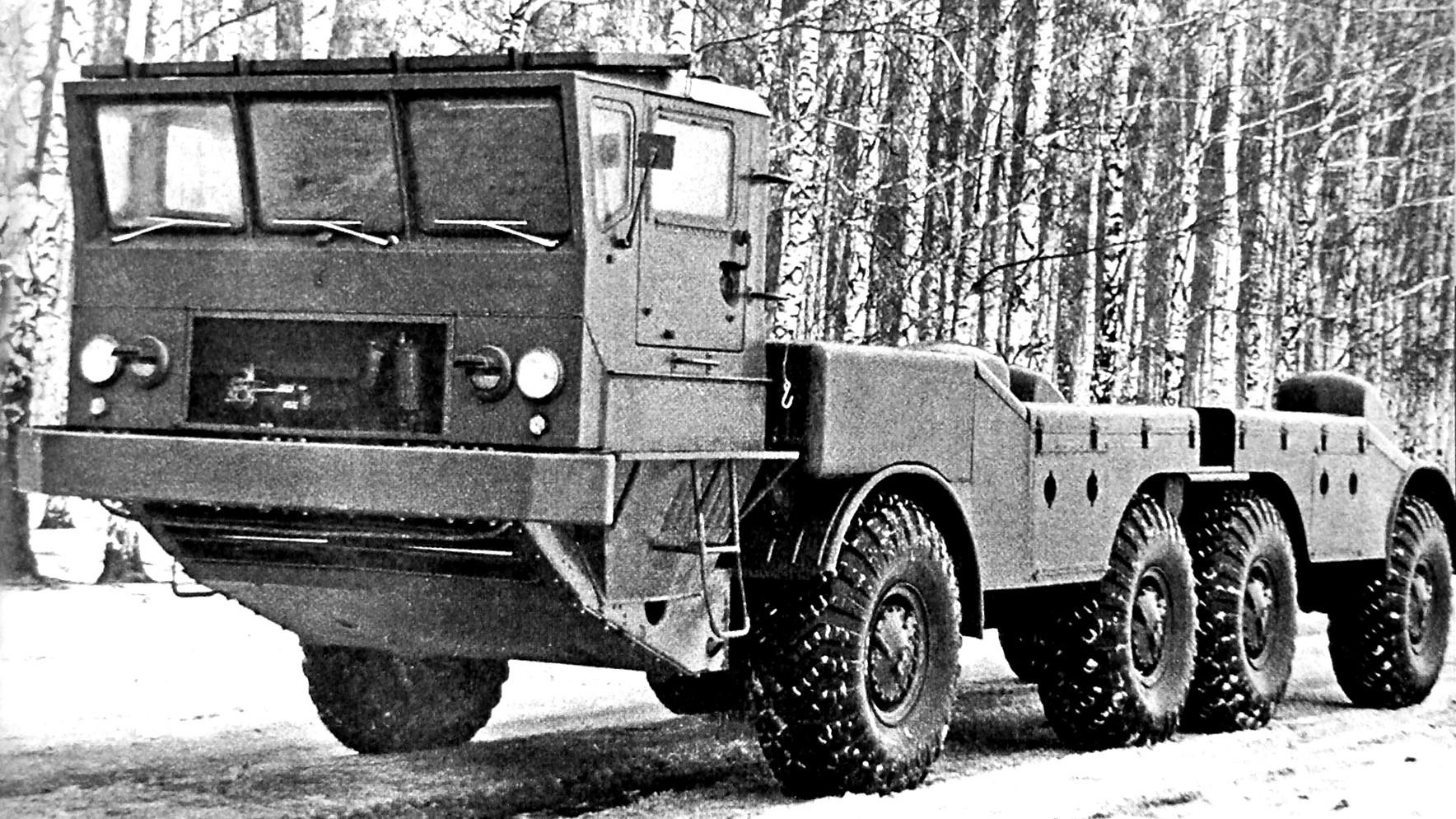 Шасси ЗИЛ-135К с габаритно-весовым макетом пусковой установки