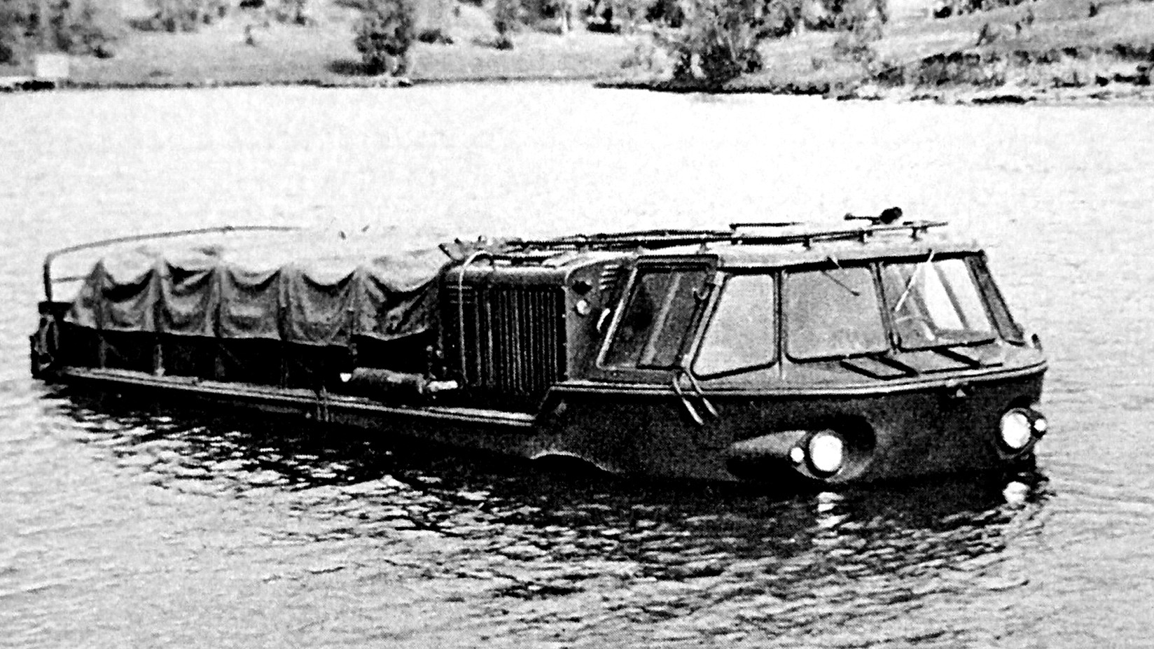 Автомобиль ЗИЛ-135 на испытаниях в водоеме полигона НИИАП