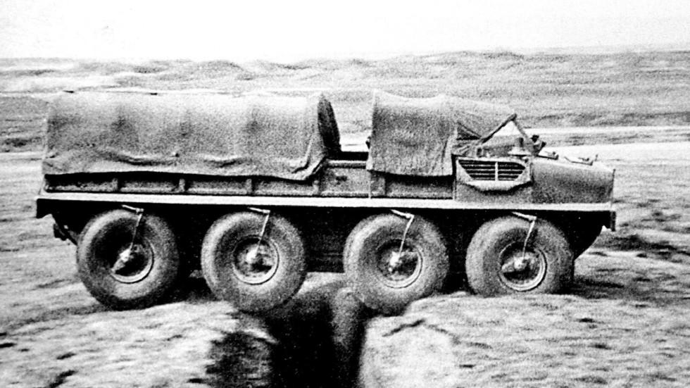 Преодолевание плавающей макетной машиной Э134 глубокой траншеи