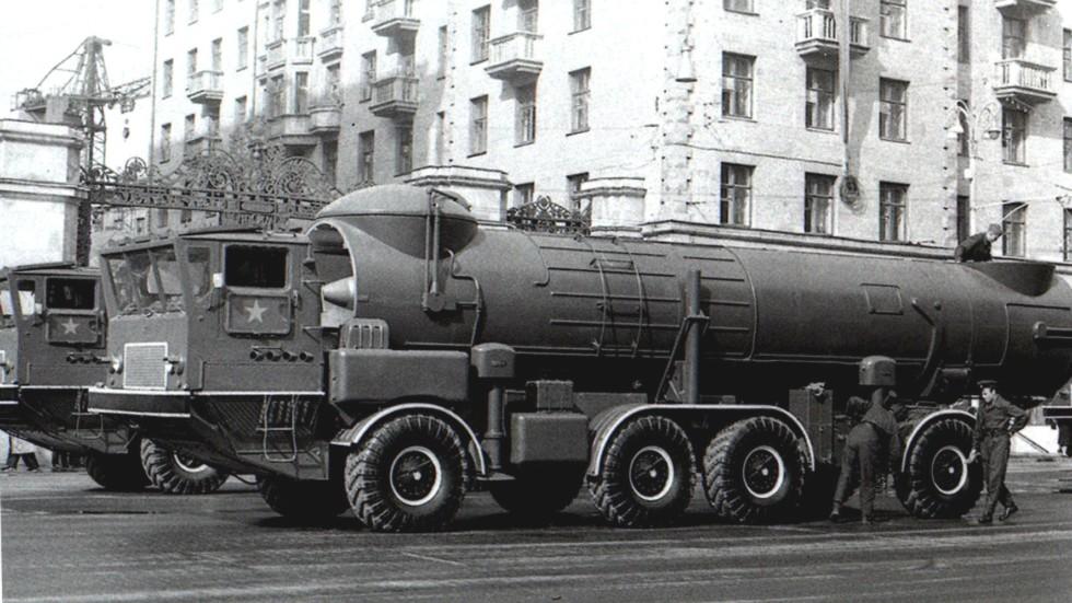 Автомобили ЗИЛ-135К с комплексами 2К17 в ожидании парада (автор фото неизвестен)