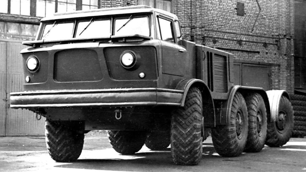 Специальное армейское шасси ЗИЛ-135Е с округлой кабиной. 1960 год
