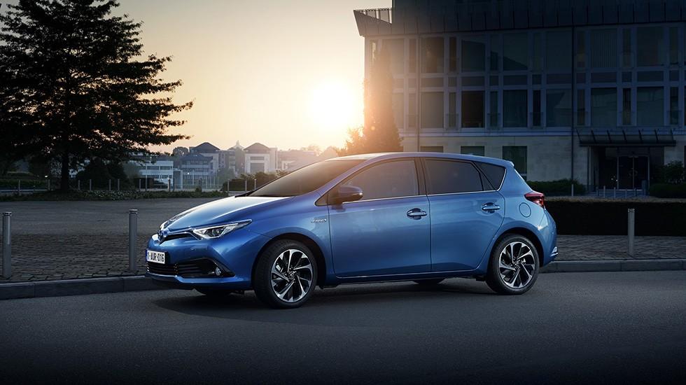 На фото: Toyota Auris Hybrid