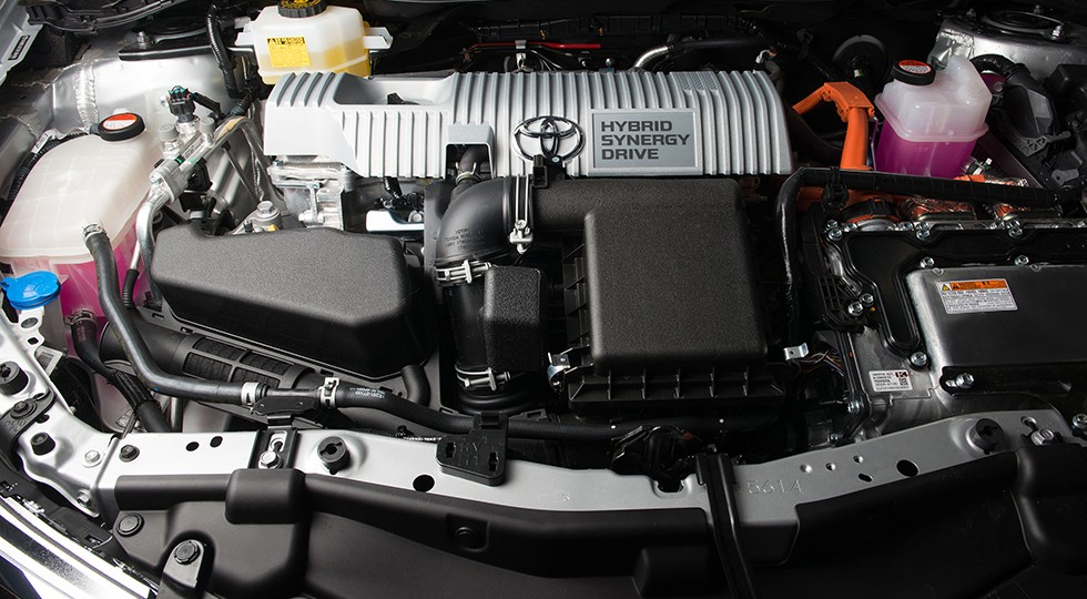 На фото: под капотом Toyota Auris Hybrid