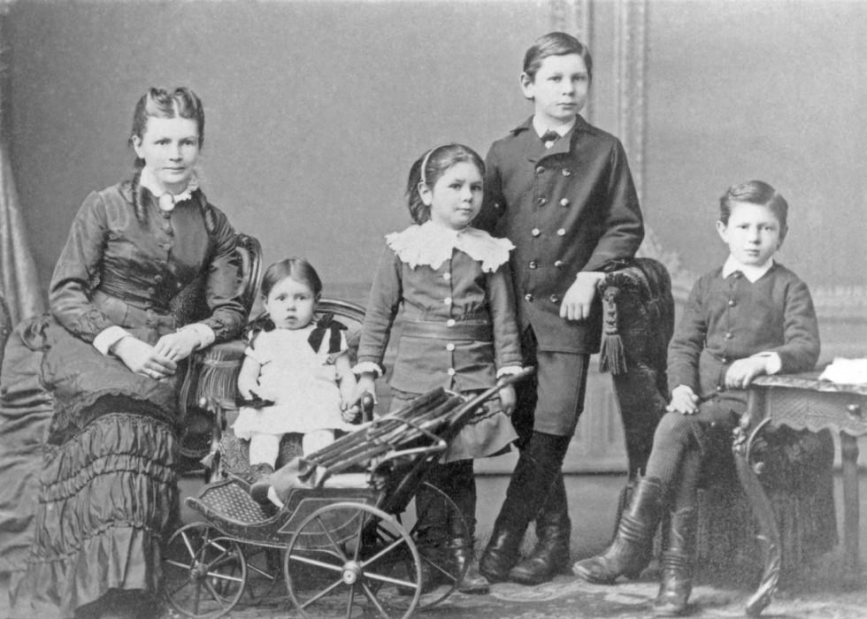 Берта Бенц с дочерьми Тильдой и Кларой, и с сыновьями Рихардом и Ойгеном