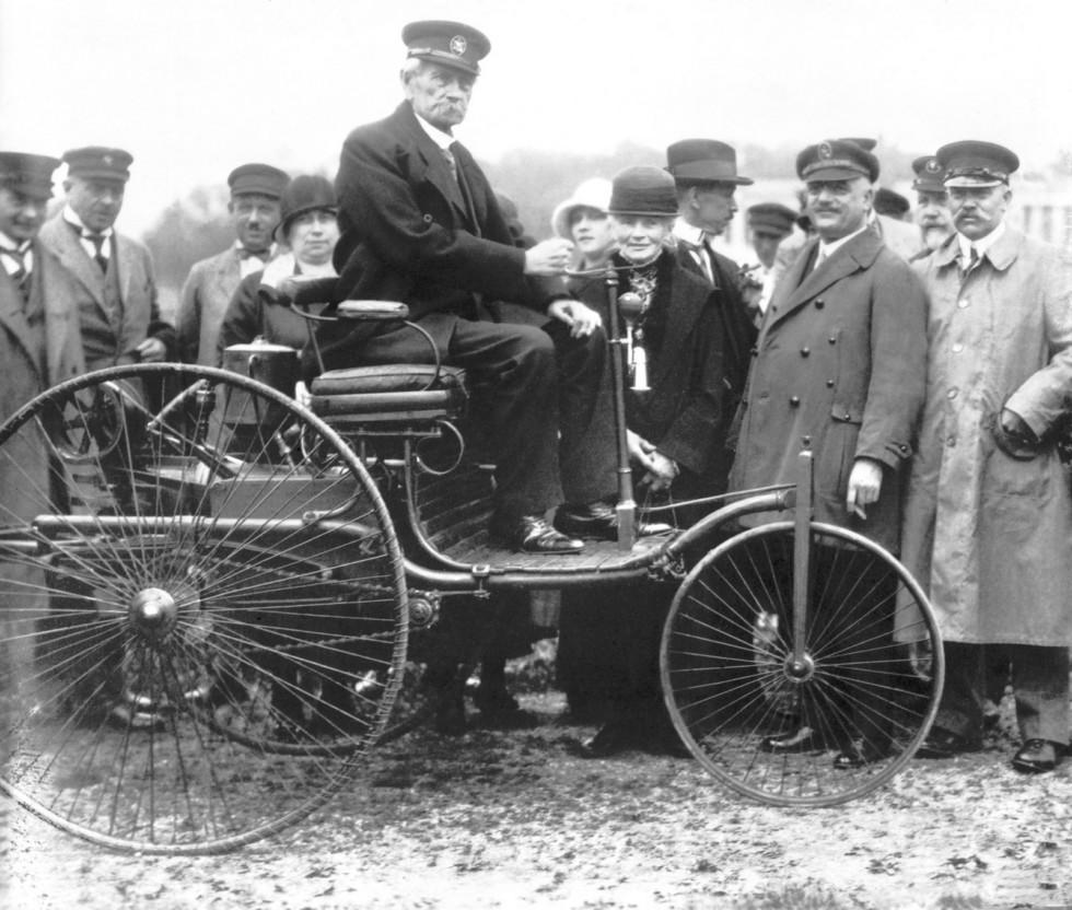 Карл и Берта Бенц в 1925 году на Benz Patent-Motorwagen