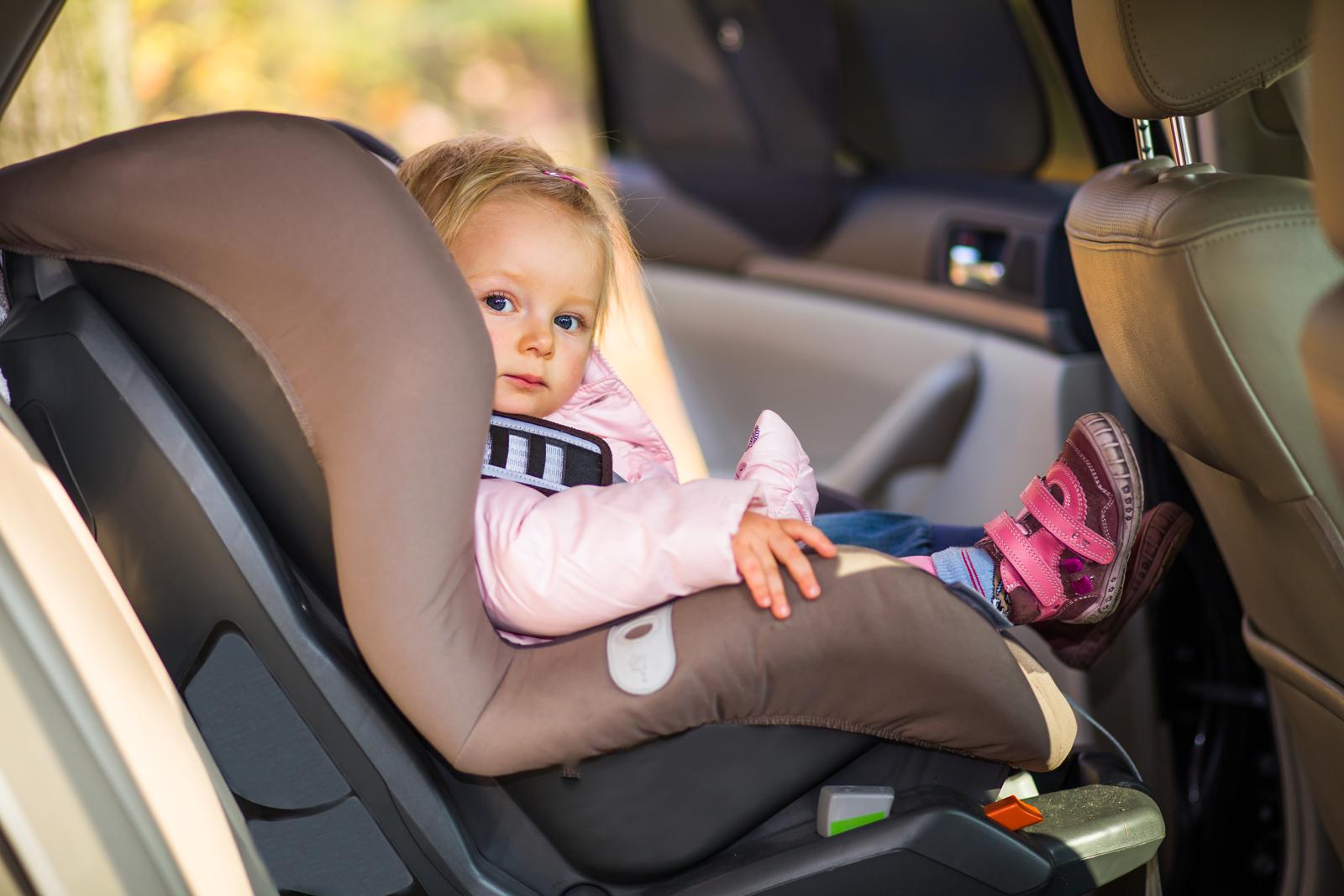 Голая девушка в машине фото пристегнута ремнем