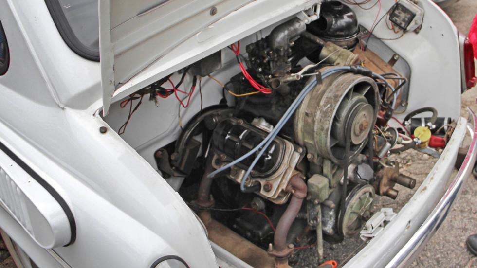 Двигатель V4 был компактным и занимал не все подкапотное пространство