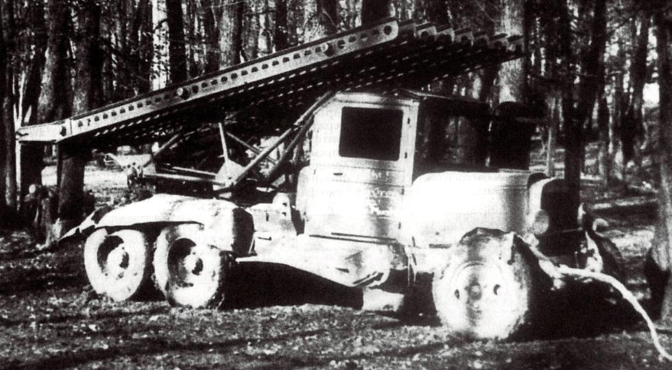 Разбитая боевая машина БМ-13 на автомобиле ЗИС-6. Осень 1941 года