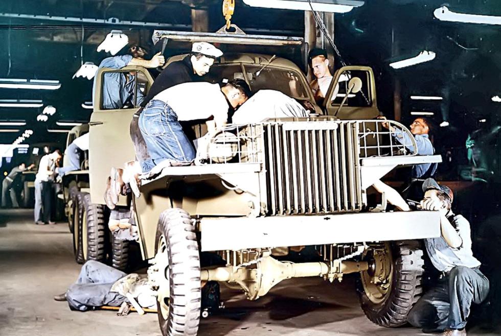 Сборка армейских автомобилей Studebaker US6 на заводе в Саут Бенде. 1942 год