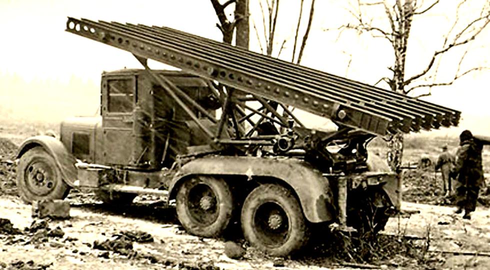Реактивная установка БМ-13 из первой пробной партии. Конец 1941 года