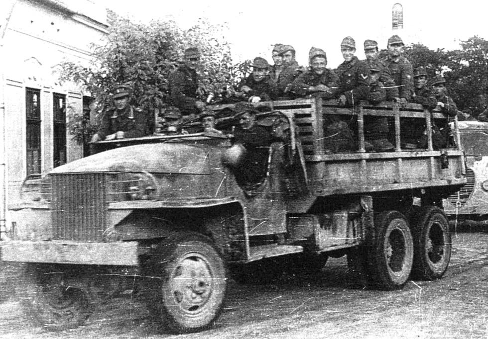 Немецкие солдаты на трофейном грузовике Studebaker US6-U3 с открытой кабиной