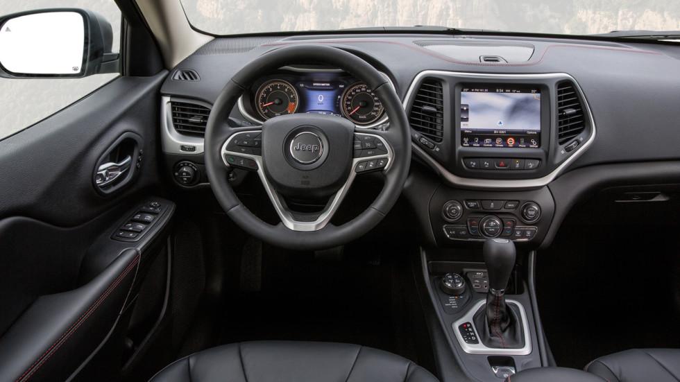 На фото: интерьер Jeep Cherokee