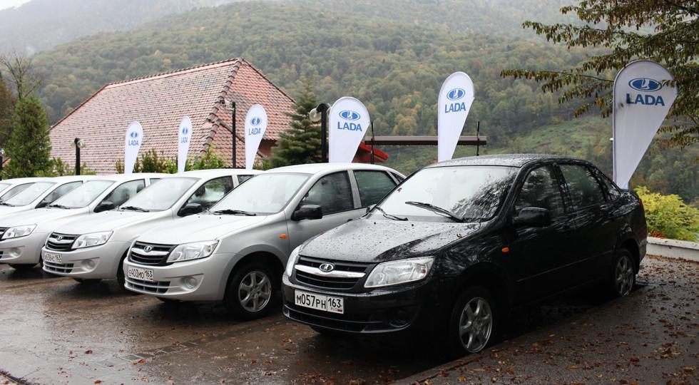Русский парк автомобилей представлен как правило черными ибелыми машинами