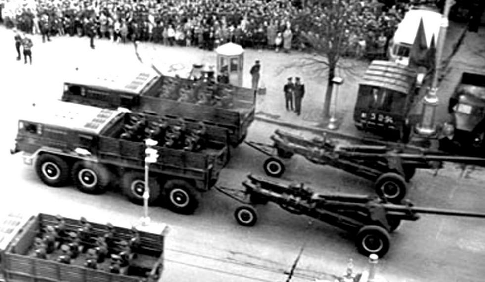 На параде в Минске тягачи МАЗ-535А с 152-мм пушками М-47 (из архива СКБ-1 МАЗ)