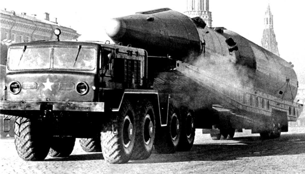 Седельный тягач МАЗ-537 с ракетой Р-26 на трехосной тележке. 1964 год