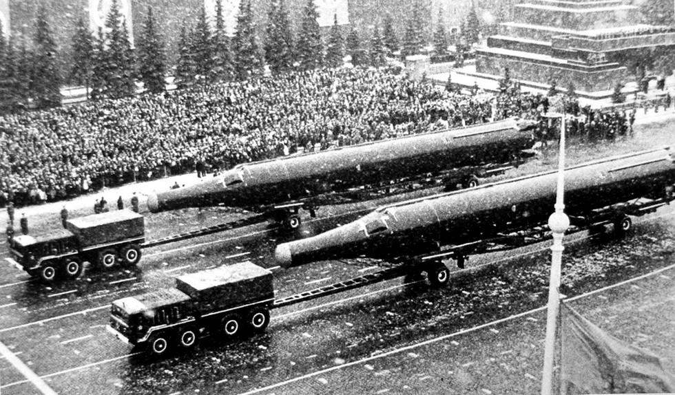Тягачи МАЗ-537А с баллистическими ракетами Р-36 на Красной площади