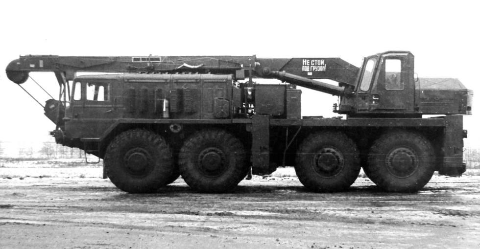 Гидравлический кран 9Т35 ракетных войск на шасси МАЗ-537К. 1968 год (из архива НИИЦ АТ)