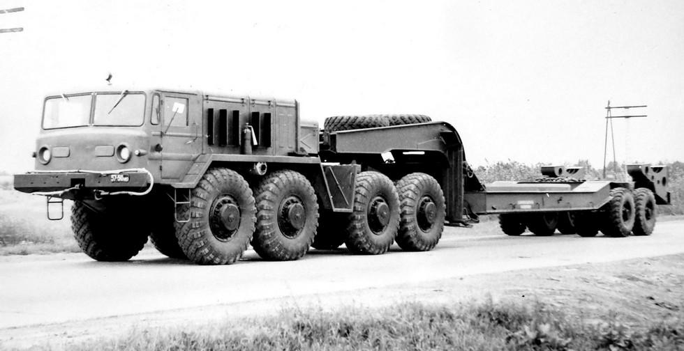 Тягач МАЗ-537Г со штатным полуприцепом МАЗ-5247Г (из архива НИИЦ АТ)