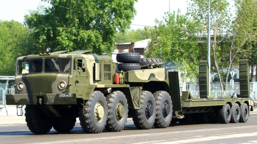 Тягач МАЗ-537Г с трехосным танковым полуприцепом ЧМЗАП-9990 (фото автора)