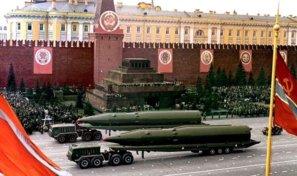 На Красной площади тягачи МАЗ-537 буксируют тележки с баллистическими ракетами Р-26