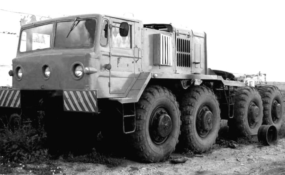 Трехфарный МАЗ-537 второго поколения с воздухозаборными коробами