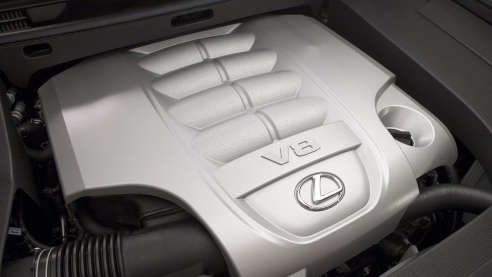 На фото: Под капотом Lexus LX 570 (URJ200) '2012–15