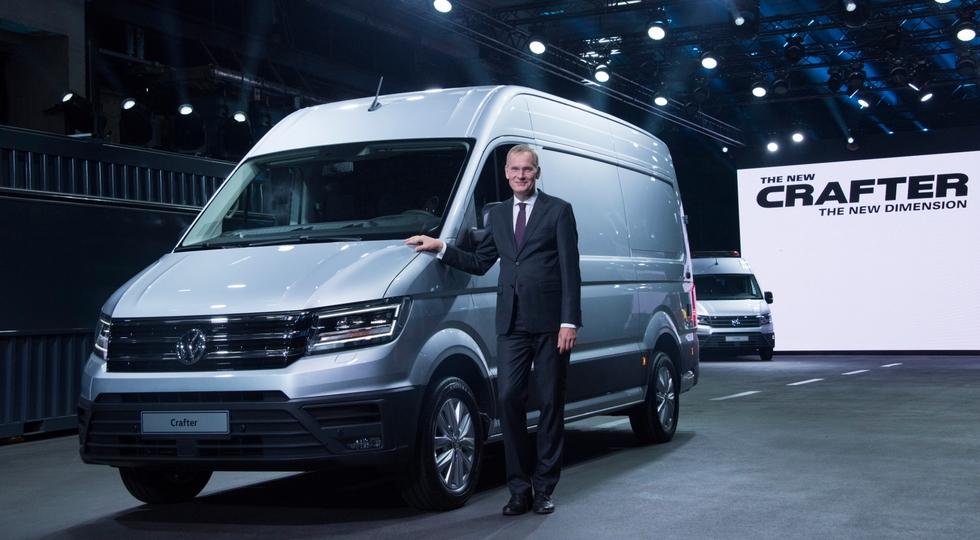 На фото: новый Crafter и председатель совета директоров Volkswagen Коммерческие автомобили Экхард Шольц
