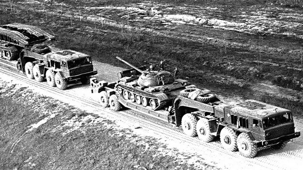 Перевозка танка Т-54 и мостоукладчика МТУ на полуприцепах МАЗ-5247Г (из архива СКБ-1 МАЗ)