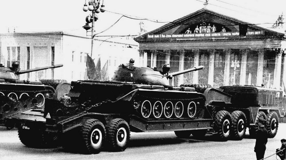На параде в Минске танки Т-54 на полуприцепах МАЗ-5247Г (из архива СКБ-1 МАЗ)