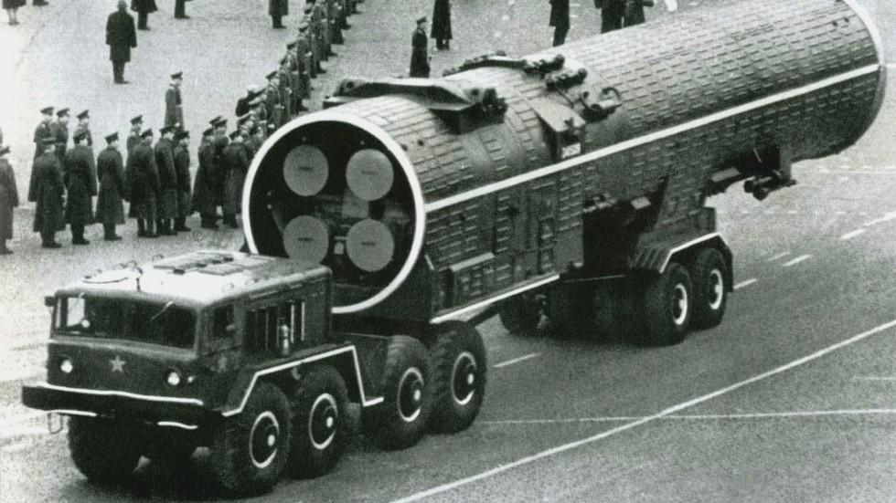 Тягач МАЗ-537В буксирует контейнер с ракетой комплекса ПРО А-35. 1967 год