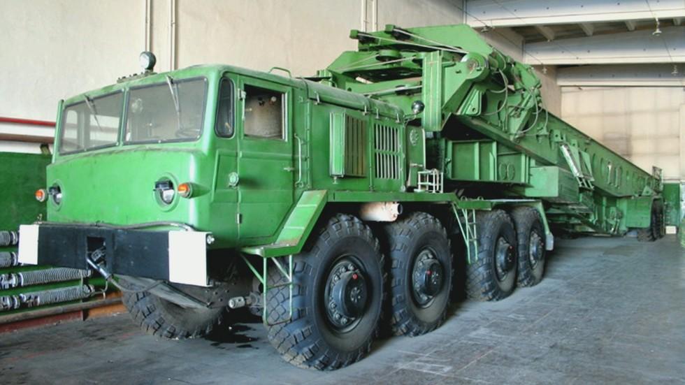 Полуприцепной установщик 15У164 для перегрузки тяжелых ракет Р-36М. 1980 год