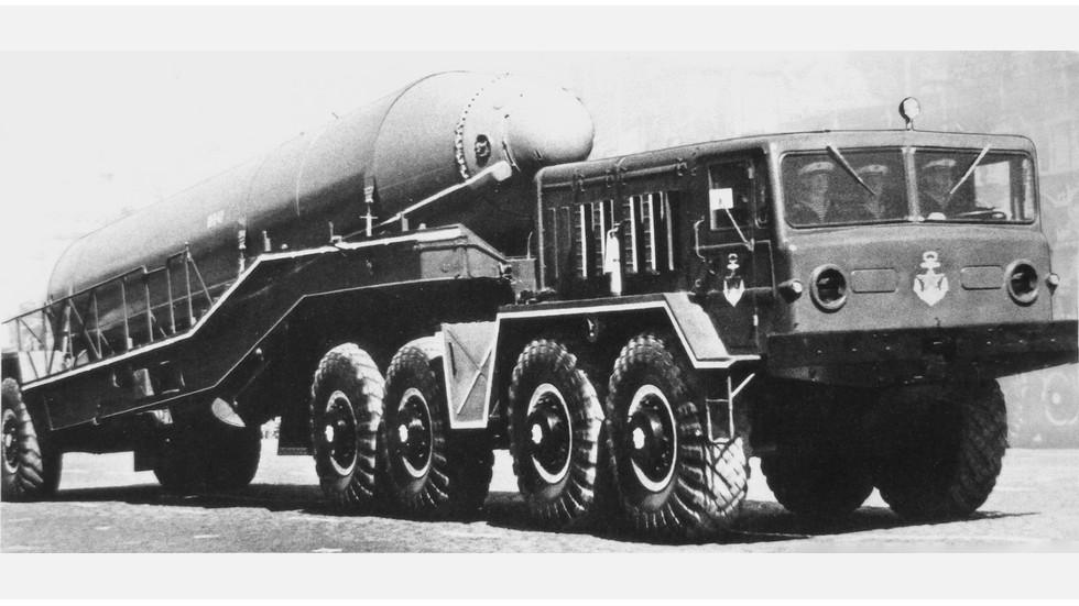 Доработанный полуприцеп МАЗ-5248 для перевозки морской ракеты Р-29 (из архива J. Vollert)