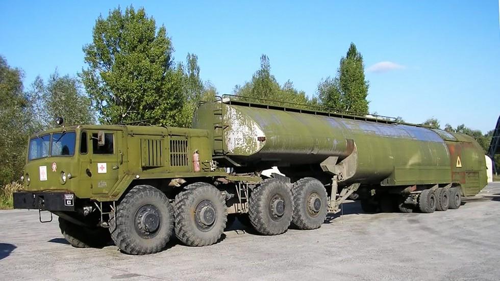 Тягач МАЗ-537 с трехосным аэродромным топливозаправщиком ТЗ-60