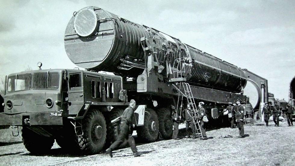 Машина 15У98 с тягачом МАЗ-537 для установки в ШПУ баллистических ракет