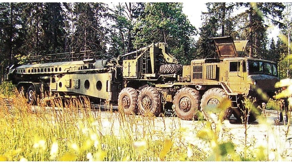 Полуприцепная 25-метровая вышка 40В6М с тягачом МАЗ-537Г в транспортном положении