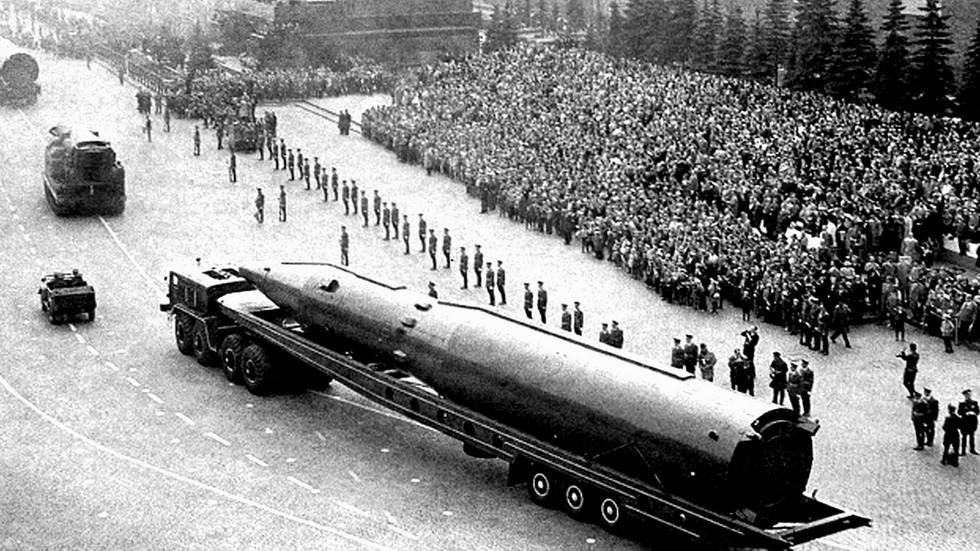 На Красной площади межконтинентальная ракета Р-26 на трехосной тележке. 1965 год