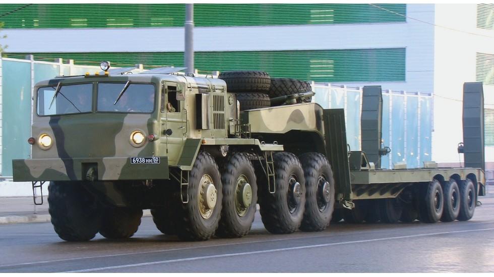 Тягач МАЗ-537Г с трехосным 52-тонным танковым полуприцепом ЧМЗАП-9990 (фото автора)