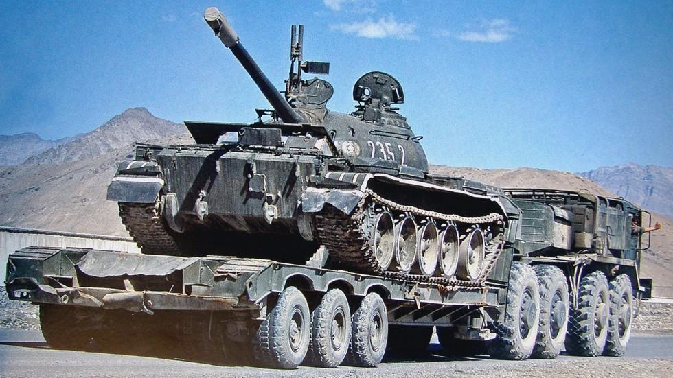 Транспортировка среднего танка Т-55 на полуприцепе ЧМЗАП-9990 (из архива C. Schulze)