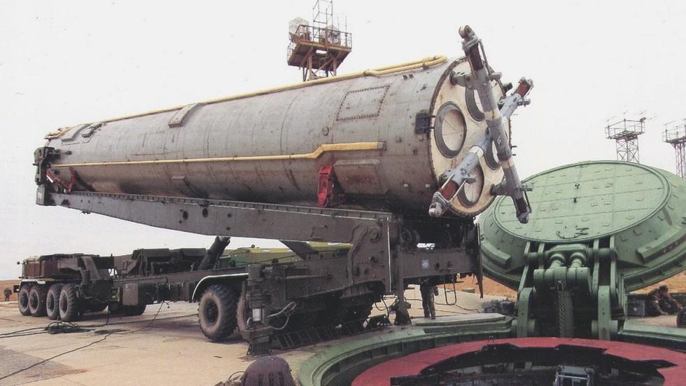 Перегрузка ракетного контейнера с установщика 15У98 в шахтную пусковую установку