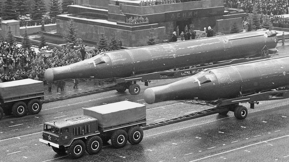 Тягачи МАЗ-537А с двухосными тележками для баллистических ракет Р-36