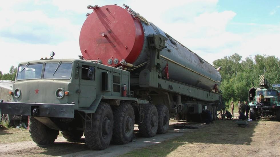 Полуприцепной установщик тяжелых ракет шахтного базирования с тягачом МАЗ-537