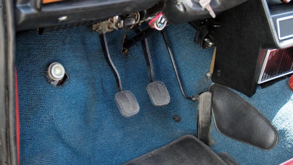 Омыватель лобового стекла включался ногой с помощью специальной кнопки, расположенной под передней панелью