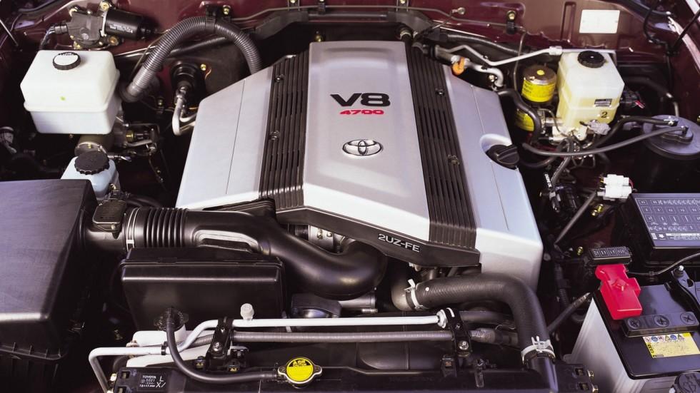 На фото: Под капотом Toyota Land Cruiser 100 VX '1998–2002