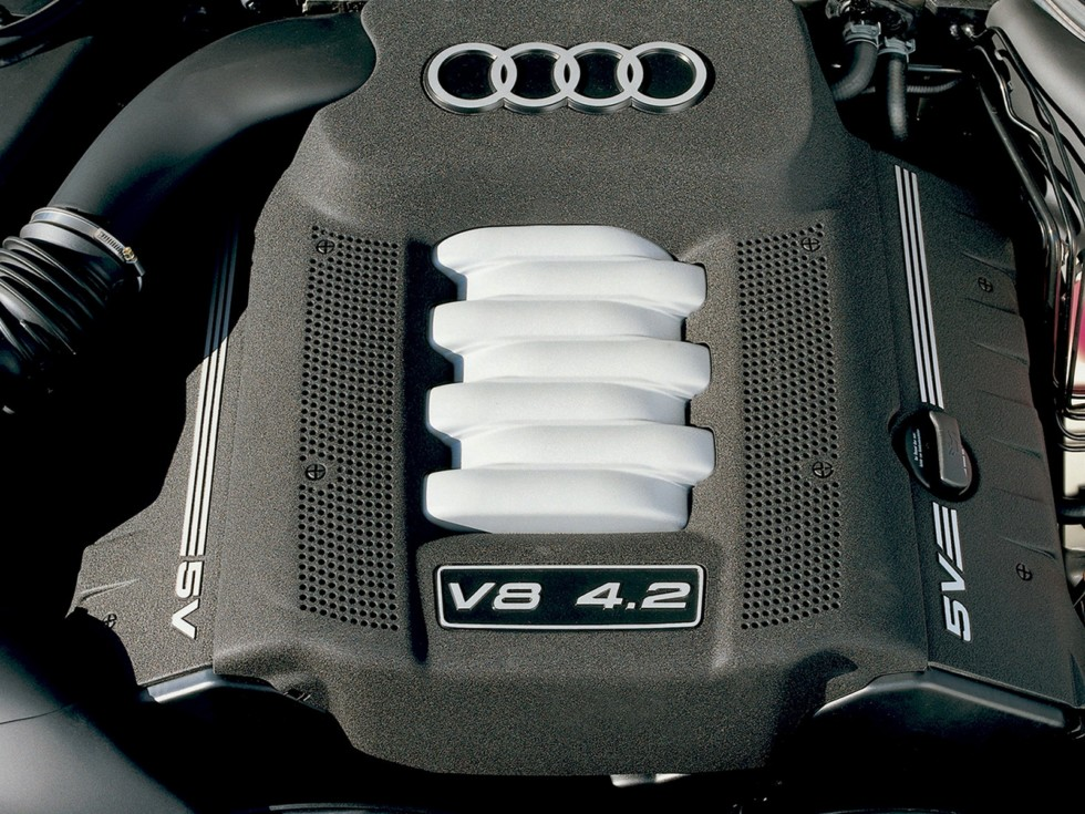 На фото: Под капотом Audi A8 4.2 quattro (D2) '1999–2002