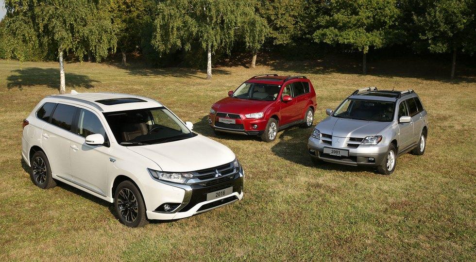 На фото: три поколения Mitsubishi Outlander