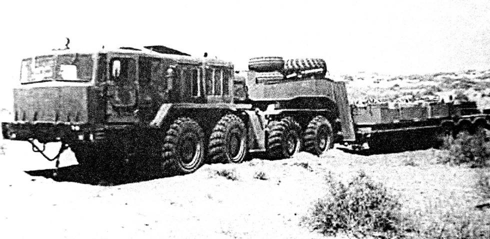 Испытания тягача КЗКТ-7426 с полуприцепом ЧМЗАП-9990 близ Термеза. 1980 год (из архива НИИЦ АТ)